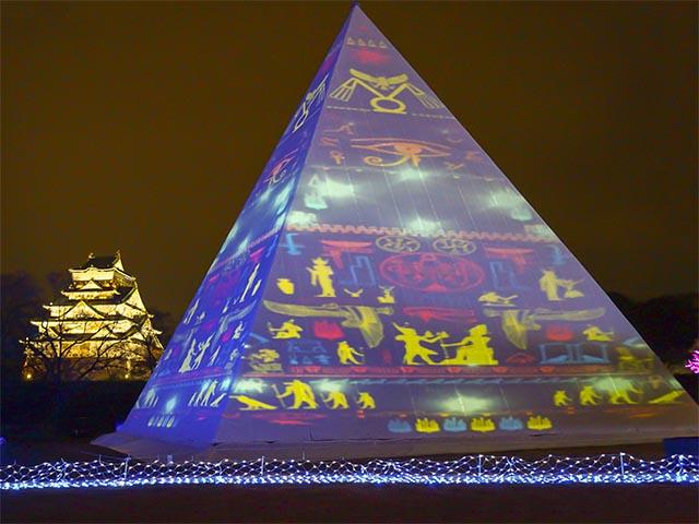 「マッピング on the ピラミッドツリー」とライトアップされた大阪城。