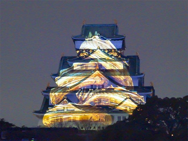 大阪城に巻きつきながら上り詰める龍。