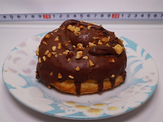 チョコ&ナッツドーナツ 121円(税込130円)